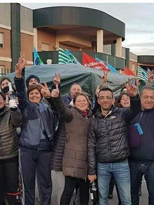 I-lavoratori-della-Rosa-del-Marganai-festeggiano-la-revica-dei-licenziamenti-Foto-del-consigliere-regionale-Gigi-Rubiu