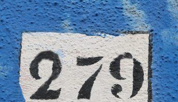 testo-nero-con-il-numero-sulla-parete-122224235